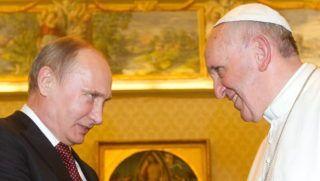 Vatikánváros, 2013. november 25. Ferenc pápa (j) magánkihallgatáson fogadja Vlagyimir Putyin orosz elnököt a Vatikánban 2013. november 25-én. (MTI/EPA/Pool/Claudio Peri)