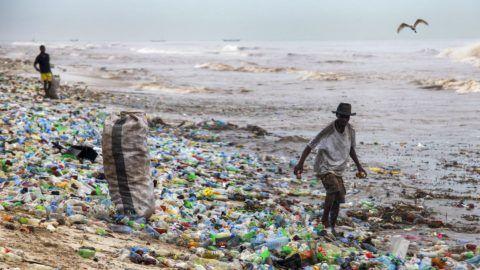 Accra, 2016. június 13. Ghánai férfiak újrahasznosítható anyagokat gyûjtenek az elmúlt hetek áradásai következtében mûanyag palackokkal borított Korle Gono tengerparti strandon a fõvárosban, Accrában 2016. június 12-én. (MTI/EPA/Christian Thompson)