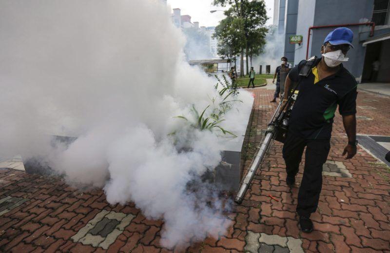 Szingapúr, 2016. szeptember 1. A zikavírust terjesztõ egyiptomi csípõszúnyog (Aedes aegypti) ellen használt vegyszerrel permetez egy szúnyogirtást végzõ férfi Szingapúr Bedok North nevû negyedében 2016. szeptember 1-jén. Szingapúrban augusztus 27-én regisztrálták az elsõ, nem külföldrõl behurcolt zikavírusos esetet, és azóta 115-re emelkedett a jelentett megbetegedések száma a városállamban. (MTI/EPA/Wallace Woon)