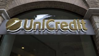 Siena, 2017. július 26. 2016. március 23-i kép a legnagyobb olasz bank, az Unicredit feliratáról a bank sieani fiókjának bejárata felett. A pénzintézet 2017. július 26-i közleménye szerint az Unicredit 400 ezer ügyfelének adataihoz fértek hozzá hackerek. A bank arról számolt be, hogy 2016 szeptemberében és októberében, majd 2017 júniusában és júliusában érte támadás a bank rendszerét, de a hackertámadás csak olyan ügyfeleket érint, akiknek személyi hitelük van a pénzintézetnél, s adataikhoz egy meg nem nevezett külsõ kereskedelmi partneren keresztül fértek hozzá a támadók. (MTI/EPA/Mattia Sedda) *** Local Caption *** 52688753