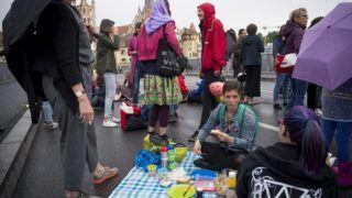 Lausanne, 2019. június 14. A nõk országos sztrájkjának résztvevõi a svájci Lausanne-ban 2019. június 14-én. A tüntetõk az egyenlõtlen bérek, a részmunkaidõben foglalkoztatottakra nehezedõ nyomás, a háztartási munka terhei és a szexuális erõszak ellen tiltakoznak. MTI/EPA/KEYSTONE