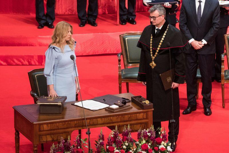 Pozsony, 2019. június 15. Zuzana Caputová új szlovák elnök (b) leteszi hivatali esküjét a beiktatási ünnepségén Pozsonyban 2019. június 15-én. Zuzana Caputová személyében először került nő az államfői tisztségbe.Jobbról Ivan Fiacan,  a szlovák alkotmánybíróság elnöke.  MTI/EPA/Jakub Gavlak