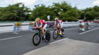 Siófok, 2019. június 11. A magyar válogatott csapat versenyzõi készülnek a Tour de Hongrie országúti kerékpáros körverseny egyéni idõfutamára Siófokon 2019. június 11-én. MTI/Bodnár Boglárka