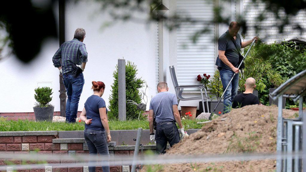 Wolfhagen-Istha, 2019. június 17.A gyilkosság áldozatává vált Walter Lübcke, a német Kereszténydemokrata Unió (CDU) politikusa otthonánál nyomoznak a Hessen tartománybeli Wolfhagen-Isthában 2019. június 17-én. A menedékkérők befogadása mellett kiálló 65 éves politikust, a Kassel területi államigazgatási hivatal vezetőjét június 2-án fejbe lőtték. A gyanúsítottat, egy 45 éves, szélsőjobboldali hátterű helyi férfit őrizetbe vették.MTI/EPA/Armando Babani