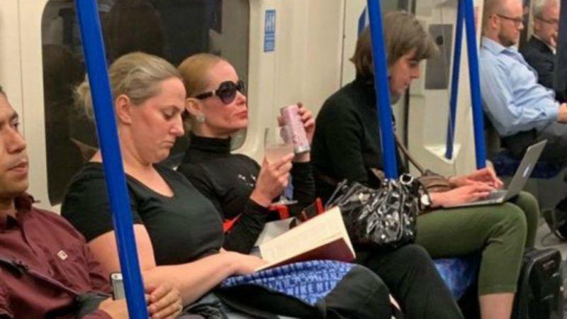 d46216fe1cdd Stílusikon lett a nőből, aki borospohárból iszogatott a londoni metrón
