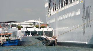 Velence, 2019. június 2. A MSC Opera óceájáró és a River Countess folyami turistahajó Velencében 2019. június 2-án, miután az óceánjáró elõbb a kikötõfalnak, majd a River Countessnek ütközött a Giudecca-csatornán. Négy turistanõ megsérült. MTI/EPA/ANSA/Andrea Merola