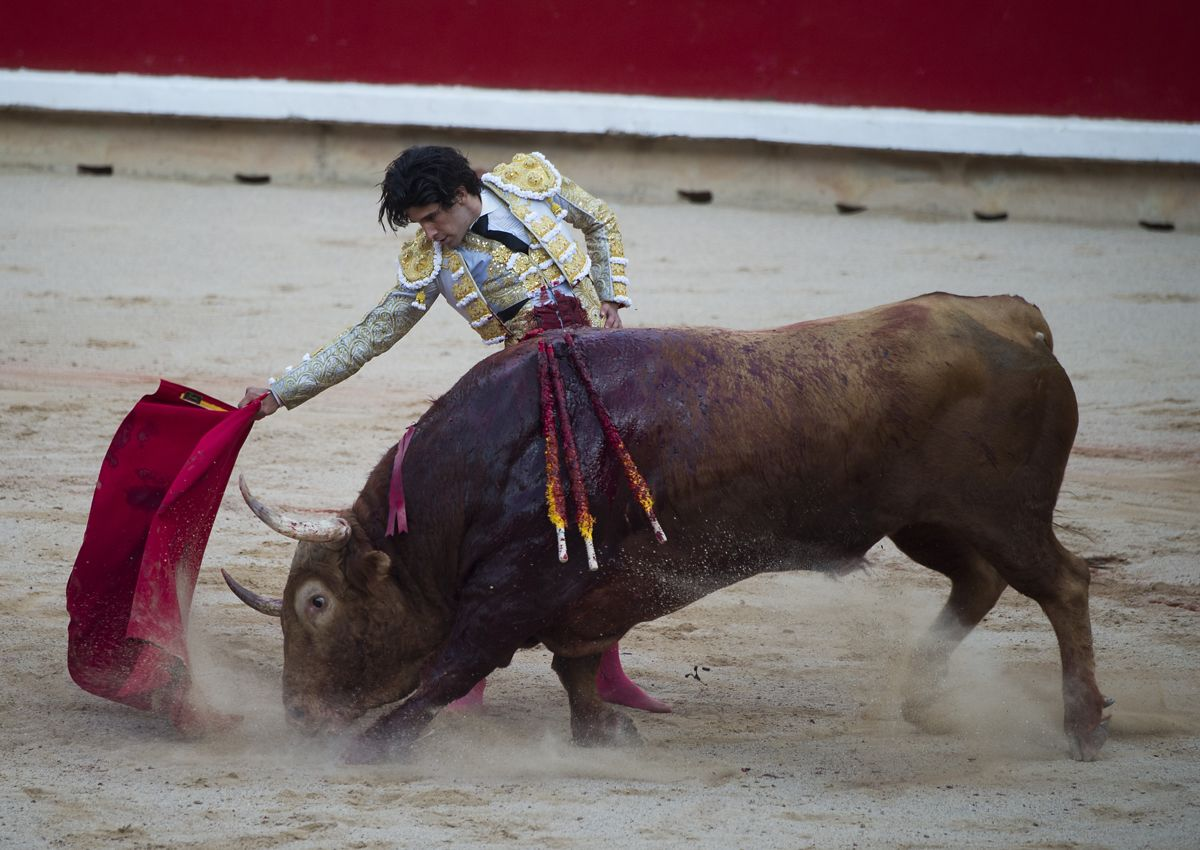 Spanish matador Alberto Lopez Simon performs a pass to a Puerto de San Lorenzo's fighting bull during the first bullfight of the San Fermin Festival in Pamplona, on July 7, 2019. (Photo by JAIME REINA / AFP)