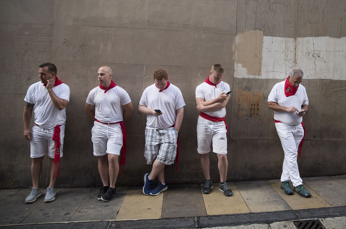 Runners wait at la cuesta de Santo Domingo before the second bullrun of the San Fermin festival in Pamplona, northern Spain on July 8, 2019. - On each day of the festival six bulls are released at 8:00 a.m. (0600 GMT) to run from their corral through the narrow, cobbled streets of the old town over an 850-meter (yard) course. Ahead of them are the runners, who try to stay close to the bulls without falling over or being gored. (Photo by JAIME REINA / AFP)