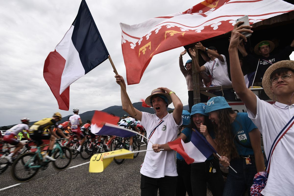 Cyclism enthusiasts cheer riders from the roadside during the sixth stage of the 106th edition of the Tour de France cycling race between Mulhouse and La-Planche-des-Belles-Filles in Mulhouse, on July 11, 2019. (Photo by Marco Bertorello / AFP)