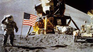 Apollo XV. L'astronaute amÈricain James B. Irwin et le drapeau amÈricain sur la lune. Ao˚t 1971.    RVB-05572