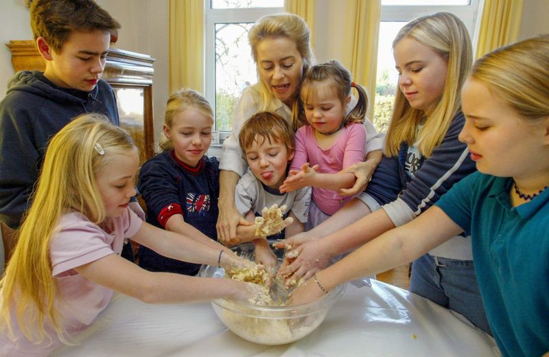 Picture taken 08 November 2003 in Hanover shows Ursula von der Leyen (C), then Social Affairs Minister of Lower Saxony, of the Christian Democratic Union (CDU) party, baking cookies with her seven children (L to R) Victoria (9), David (16), Johanna (9), Egmont (5), Gracia (4), Sophie (13) und Donata (11). Incoming Chancellor Angela Merkel announced 17 October 2005 Ursula von der Leyen will be Germany's new Family Minister. Merkel unveiled the identity of the six ministers from within her conservative Christian Union, before beginning four weeks of hard bargaining with the centre-left Social Democrats on a programme for the new government.   AFP PHOTO DDP/JOCHEN LUEBKE      GERMANY OUT