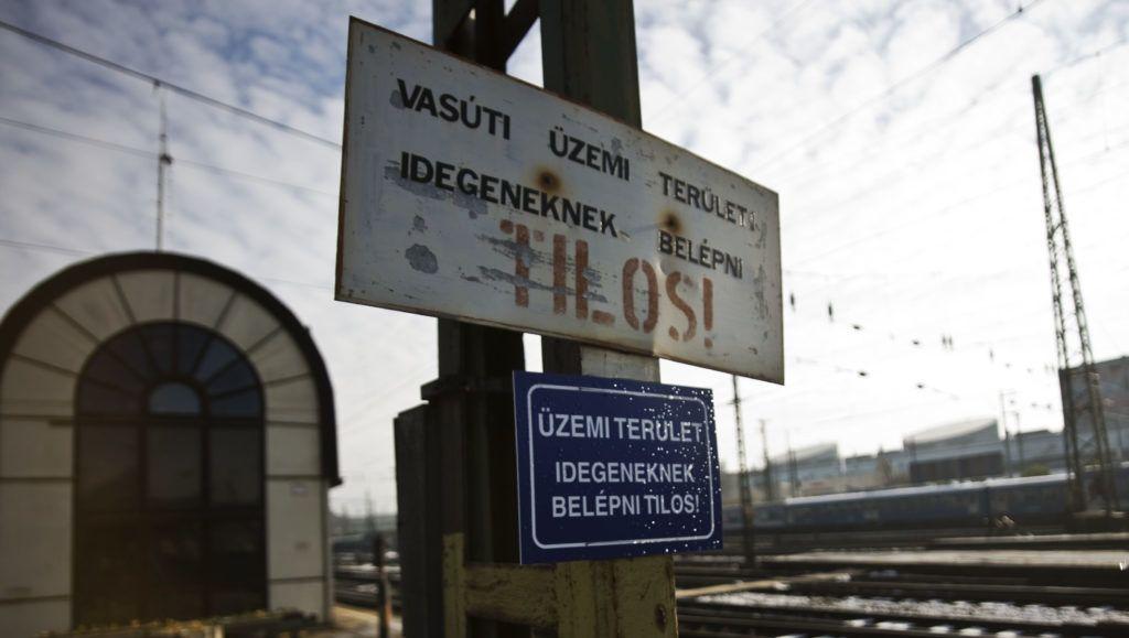 Image: 73422363, A Keleti pályaudvar Budapest legforgalmasabb személypályaudvara. Nevét nem a földrajzi fekvésérõl kapta, hanem a keleten fekvõ Erdéllyel és a Balkánnal fenntartott kapcsolat miatt. A pályaudvar négy fõ vasútvonal: (Budapest–Gyõr–Bécs (1-es), Budapest–Hatvan–Miskolc (80-as), Budapest–Szolnok-Békéscsaba–Arad (120-as), valamint a Budapest–Kelebia–Belgrád (150-es) vonalak kiindulópontja. A legtöbb belföldi InterCity járat végállomása, illetve a legjelentõsebb nemzetközi vasúti csomópont Magyarországon. A fõváros VIII. kerületében található, a Baross téren., Place: Budapest, Hungary, License: Rights managed, Model Release: No or not aplicable, Property Release: Yes, Credit: smagpictures.com
