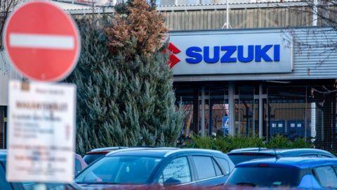Image: 73867291, Az ellenzéki képviselők hétfőn kivonultak a Parlament üléséről, ahonnan előbb az MTVA székházához mentek, onnan pedig az esztergomi Suzuki-gyárhoz, ahonnan kirúgták az alakuló szakszervezet vezetőjét. Szerettek volna bejutni az épületbe, de előbb csak két embert akartak beengedni, aztán már egyet sem., Place: Budapest,Esztergom, Hungary, License: Rights managed, Model Release: No or not aplicable, Property Release: Yes, Credit: smagpictures.com