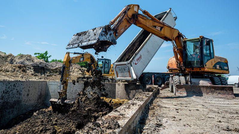 Image: 73907061, A FehÈrv·ri TÈglaipari Kft. ter¸letÈn j·rtunk, ahol megnÈzt¸k hogyan nınek nˆvÈnyek a felhaszn·lt szennyvÌziszapbÛl, illetve azt is l·thattuk, hogyan dolgozz·k fel nagy betongˆdrˆkben a szennyvÌz tisztÌt·s ut·n megmaradt anyagokat., Place: SzÈkesfehÈrv·r, Hungary, Model Release: No or not aplicable, Property Release: Yes, Credit: smagpictures.com