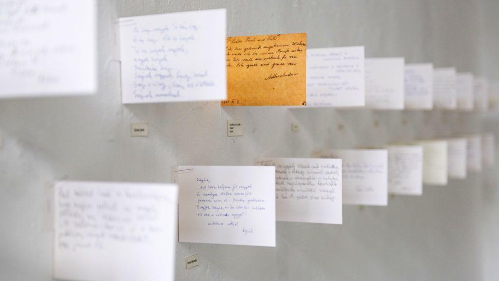Image: 73908380, A kiállítást a 2B Galéria a magyarországi deportálások 75. évfordulója alkalmából szervezi és a II. világháborúban elpusztított 565 000 magyar zsidónak állít emléket. Koncepciója szervesen kapcsolódik a Waldsee 1944 című, a galériában 2004-ben (majd később még több mint húsz helyszínen, többek között Berlinben, Washingtonban, New Yorkban és Cape Town-ban) bemutatott kortárs képzőművészeti projekthez.  A holokauszt áldozatainak leveleit ma levéltárak őrzik. A képeslapok, papírfoszlányok, levelek a munkaszolgálat és a deportálás különleges dokumentumai, legtöbbször szerzőjük életének utolsó pillanataiban íródtak. Waldsee az auschwitzi megsemmisítés szimbolikus helyszíne., Place: Budapest, Hungary, Model Release: No or not aplicable, Property Release: Yes, Credit: smagpictures.com