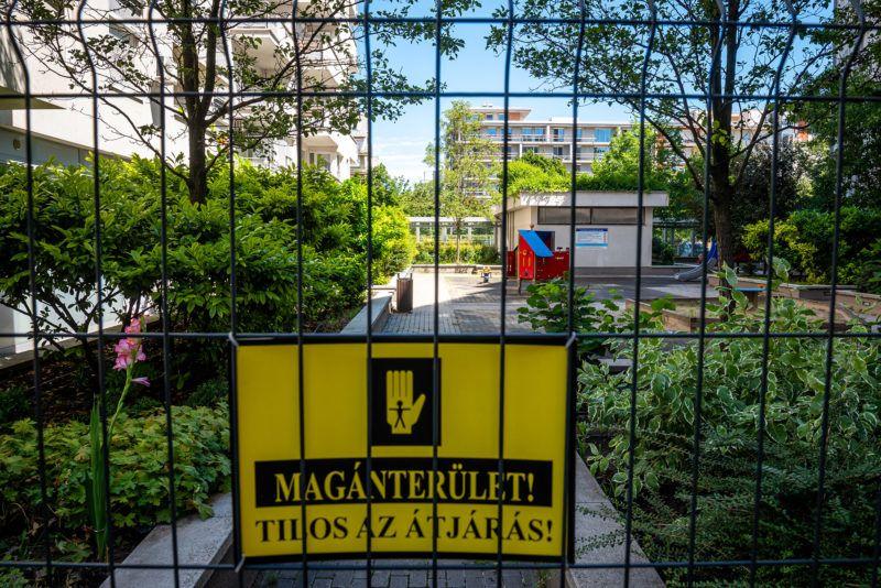 Image: 73910016, A Teve Ház lakóparkjának egyik társas házához tartozik egy játszótér, amit a környékbeliek a 2003-as átadása óta szabadon használhattak. Az ott lakók elmondása szerint a gyerekek itt biztonságos környezetben tudtak szórakozni, egészen egy évvel ezelőttig, amikor a tulajdonosi kör úgy döntött, körbekeríti a területet., Place: Budapest, Hungary, Model Release: No or not aplicable, Property Release: Yes, Credit: smagpictures.com