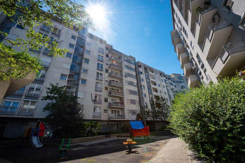 Image: 73910020, A Teve Ház lakóparkjának egyik társas házához tartozik egy játszótér, amit a környékbeliek a 2003-as átadása óta szabadon használhattak. Az ott lakók elmondása szerint a gyerekek itt biztonságos környezetben tudtak szórakozni, egészen egy évvel ezelőttig, amikor a tulajdonosi kör úgy döntött, körbekeríti a területet., Place: Budapest, Hungary, Model Release: No or not aplicable, Property Release: Yes, Credit: smagpictures.com