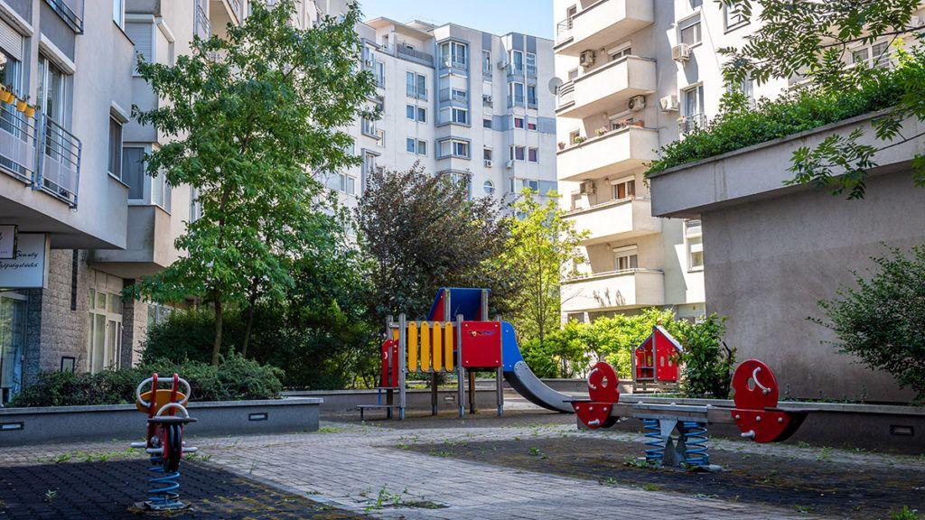 Image: 73910027, A Teve Ház lakóparkjának egyik társas házához tartozik egy játszótér, amit a környékbeliek a 2003-as átadása óta szabadon használhattak. Az ott lakók elmondása szerint a gyerekek itt biztonságos környezetben tudtak szórakozni, egészen egy évvel ezelőttig, amikor a tulajdonosi kör úgy döntött, körbekeríti a területet., Place: Budapest, Hungary, Model Release: No or not aplicable, Property Release: Yes, Credit: smagpictures.com
