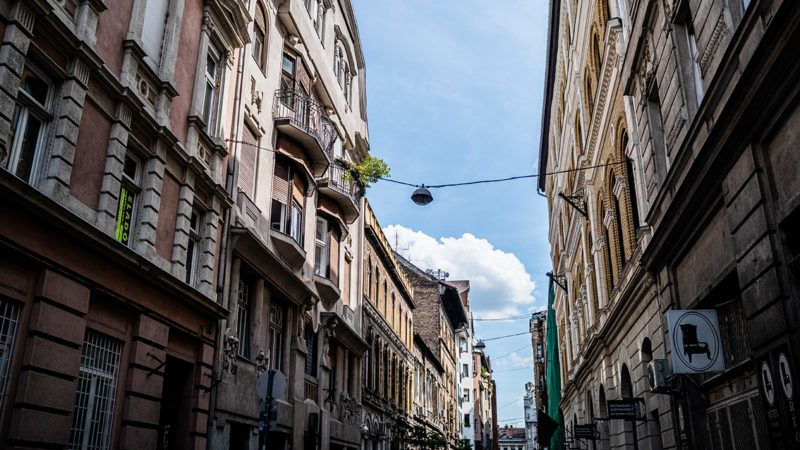Image: 73910687, SÌp utca 17. Az 1907-ben Èp¸lt szecessziÛs bÈrh·z Lˆffler Samu S·ndor munk·ja.V·rosnÈzÈs a Telenor Hipernet T˙raBOT nev˚ chatbotj·val Facebook Messengeren kereszt¸l a Bulinegyed nappal tematik·j˙ sÈt·j·n ErzsÈbetv·rosban, 2019.07.22-Èn., Place: Budapest, Hungary, Model Release: No or not aplicable, Property Release: Yes, Credit: smagpictures.com