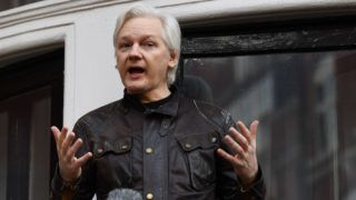 """Wikileaks founder Julian Assange speaks on the balcony of the Embassy of Ecuador in London on May 19, 2017. - WikiLeaks founder Julian Assange on Friday hailed an """"important victory"""" after Swedish prosecutors dropped a rape investigation against him, speaking in a rare public appearance at Ecuador's embassy in London. (Photo by Justin TALLIS / AFP)"""
