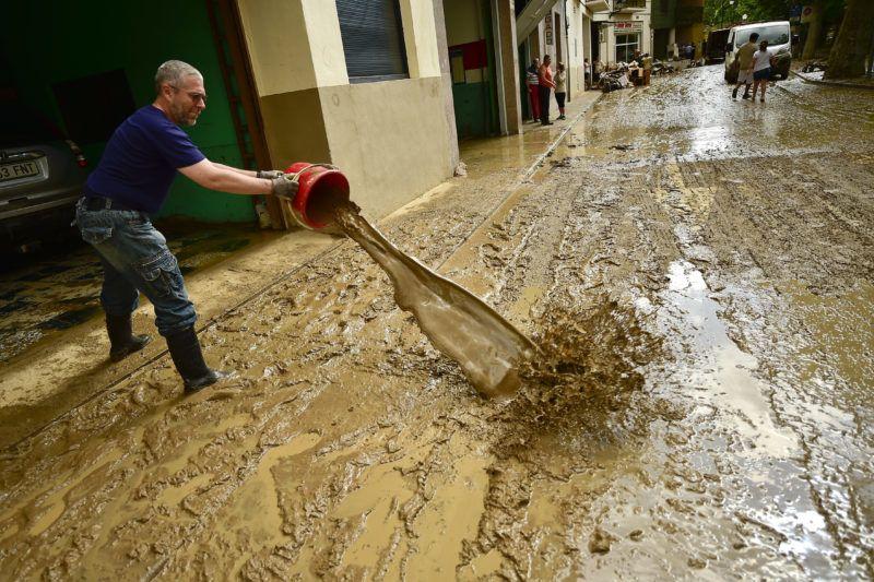 Tafalla, 2019. július 9. Vizet mer ki garázsból egy férfi az észak-spanyolországi Navarra tartományban fekvõ Tafallában 2019. július 9-én, miután a nagy mennyiségû esõ áradásokat okozott a térségben. Egy férfi életét vesztette, akinek autóját elsodorta a víz. MTI/AP/Alvaro Barrientos