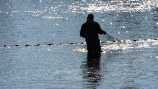 Hajdúszoboszló, 2017. október 31. A hajdúszoboszlói Bocskai Halászati Kft-ben megkezdõdött az a szokásos õszi lehalászás, ami december elejéig tart. A 460 hektáros tófelületrõl közel 400 tonna halat, zömében pontyot, busát, amurt, harcsát mozgatnak meg, ennek fele továbbtartásra kerül. Az év végi ünnepekre szánt mennyiséget december közepétõl fogják ki és kezdik árusítani.  MTVA/Bizományosi: Oláh Tibor  *************************** Kedves Felhasználó! Ez a fotó nem a Duna Médiaszolgáltató Zrt./MTI által készített és kiadott fényképfelvétel, így harmadik személy által támasztott bárminemû – különösen szerzõi jogi, szomszédos jogi és személyiségi jogi – igényért a fotó készítõje közvetlenül maga áll helyt, az MTVA felelõssége e körben kizárt.