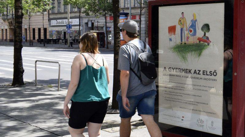 Budapest, 2019. május 25.Fiatalok haladnak el a kormány babaváró támogatását hirdető plakátja előtt a Rákóczi úton.MTVA/Bizományosi: Róka László ***************************Kedves Felhasználó!Ez a fotó nem a Duna Médiaszolgáltató Zrt./MTI által készített és kiadott fényképfelvétel, így harmadik személy által támasztott bárminemű – különösen szerzői jogi, szomszédos jogi és személyiségi jogi – igényért a fotó szerzője/jogutódja közvetlenül maga áll helyt, az MTVA felelőssége e körben kizárt.