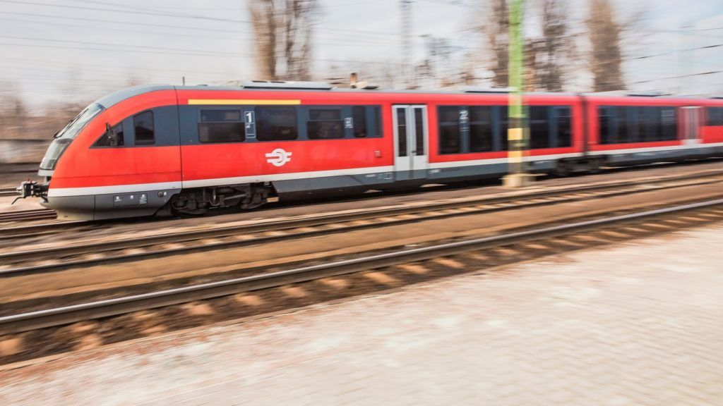 Budapest, 2017. február 11. A MÁV START Zrt. FLIRT típusú modern zónázó elõvárosi motorvonata halad át a rákosrendezõi pályaudvaron Szob felõl Budapest irányába. A pályaudvarhoz tartozó közel 160 hektáros terület forgalma elenyészõ, ezért a terület újrahasznosításra vár.  MTVA/Bizományosi: Faludi Imre  *************************** Kedves Felhasználó! Ez a fotó nem a Duna Médiaszolgáltató Zrt./MTI által készített és kiadott fényképfelvétel, így harmadik személy által támasztott bárminemû – különösen szerzõi jogi, szomszédos jogi és személyiségi jogi – igényért a fotó készítõje közvetlenül maga áll helyt, az MTVA felelõssége e körben kizárt.