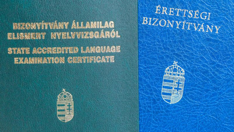 Budapest, 2018. március 15. Érettségi és államilag elismert nyelvvizsga bizonyítvány.  MTVA/Bizományosi: Faludi Imre  *************************** Kedves Felhasználó! Ez a fotó nem a Duna Médiaszolgáltató Zrt./MTI által készített és kiadott fényképfelvétel, így harmadik személy által támasztott bárminemű – különösen szerzői jogi, szomszédos jogi és személyiségi jogi – igényért a fotó készítője közvetlenül maga áll helyt, az MTVA felelőssége e körben kizárt.