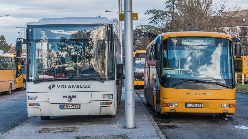 Szentendre, 2018. december 31. A szentendrei Volánbusz pályaudvaron indulásra várakoznak a busztársaság jármûvei.  MTVA/Bizományosi: Faludi Imre  *************************** Kedves Felhasználó! Ez a fotó nem a Duna Médiaszolgáltató Zrt./MTI által készített és kiadott fényképfelvétel, így harmadik személy által támasztott bárminemû – különösen szerzõi jogi, szomszédos jogi és személyiségi jogi – igényért a fotó készítõje közvetlenül maga áll helyt, az MTVA felelõssége e körben kizárt.