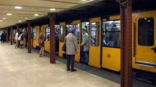 """Budapest, 2017. március 22. A BKK-BKV M1-es jelû metró vonalán közlekedõ egyik szerelvény (korábbi nevén: Millenniumi Földalatti Vasút, a köznyelvben pedig """"a kis földalatti"""") megérkezett az Opera épületénél lévõ állomására. A vonal 1896. óta szolgálja a magyar fõváros utazó közönségét és a látogatókat. MTVA/Bizományosi: Jászai Csaba  *************************** Kedves Felhasználó! Ez a fotó nem a Duna Médiaszolgáltató Zrt./MTI által készített és kiadott fényképfelvétel, így harmadik személy által támasztott bárminemû – különösen szerzõi jogi, szomszédos jogi és személyiségi jogi – igényért a fotó készítõje közvetlenül maga áll helyt, az MTVA felelõssége e körben kizárt."""
