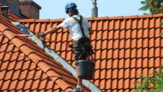 Budapest, 2018. június 27. Bádogos szakmunkás alpin biztosítással dolgozik egy felújítás alatt lévõ lakóház tetõzetén a fõváros XII. kerületében. MTVA/Bizományosi: Jászai Csaba  *************************** Kedves Felhasználó! Ez a fotó nem a Duna Médiaszolgáltató Zrt./MTI által készített és kiadott fényképfelvétel, így harmadik személy által támasztott bárminemû – különösen szerzõi jogi, szomszédos jogi és személyiségi jogi – igényért a fotó készítõje közvetlenül maga áll helyt, az MTVA felelõssége e körben kizárt.