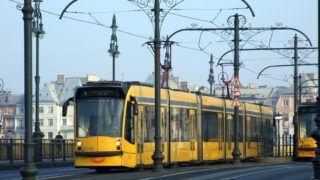 Budapest, 2018. november 16. A Budapesti Közlekedési Központ (BKK) 4-es és 6-os villamosvonalain járó korszerû Combino villamosok találkoznak a Margit hídi megállójuknál. MTVA/Bizományosi: Jászai Csaba  *************************** Kedves Felhasználó! Ez a fotó nem a Duna Médiaszolgáltató Zrt./MTI által készített és kiadott fényképfelvétel, így harmadik személy által támasztott bárminemû – különösen szerzõi jogi, szomszédos jogi és személyiségi jogi – igényért a fotó készítõje közvetlenül maga áll helyt, az MTVA felelõssége e körben kizárt.