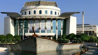 Budapest, 2019. június 8. A Nemzeti Színház hajóra emlékeztetõ modern épülete a Duna-parton a IX. kerületi Bajor Gizi park 1-ben. Siklós Mária mûépítész tervei szerint épült, megnyílt 2002-ben. MTVA/Bizományosi: Jászai Csaba  *************************** Kedves Felhasználó! Ez a fotó nem a Duna Médiaszolgáltató Zrt./MTI által készített és kiadott fényképfelvétel, így harmadik személy által támasztott bárminemû – különösen szerzõi jogi, szomszédos jogi és személyiségi jogi – igényért a fotó szerzõje/jogutódja közvetlenül maga áll helyt, az MTVA felelõssége e körben kizárt.