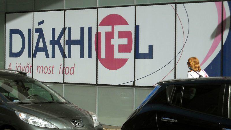 Budapest, 2019. július 2. Fiatal nõ tart az irodaház irányába, amelynek falán a Diákhitel nevû bankkölcsön reklámja olvasható a fõváros II. kerületében a Kacsa utcában.           MTVA/Bizományosi: Jászai Csaba  *************************** Kedves Felhasználó! Ez a fotó nem a Duna Médiaszolgáltató Zrt./MTI által készített és kiadott fényképfelvétel, így harmadik személy által támasztott bárminemû – különösen szerzõi jogi, szomszédos jogi és személyiségi jogi – igényért a fotó szerzõje/jogutódja közvetlenül maga áll helyt, az MTVA felelõssége e körben kizárt.