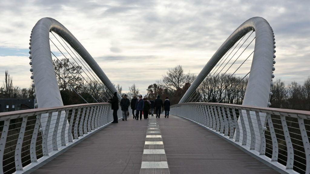 Szolnok, 2018. december 31. A híd a város felõl. A Tiszaligetet 2011. január 21. óta gyalogoshíd köti össze a Tisza túlpartján fekvõ Szolnok belvárosával. A tiszavirág szárnyaira emlékeztetõ híd Szolnok új emblematikus látványossága. A híd fesztávolsága 120 méter, teljes hossza 440 méter.  MTVA/Bizományosi: Lehotka László  *************************** Kedves Felhasználó! Ez a fotó nem a Duna Médiaszolgáltató Zrt./MTI által készített és kiadott fényképfelvétel, így harmadik személy által támasztott bárminemû – különösen szerzõi jogi, szomszédos jogi és személyiségi jogi – igényért a fotó készítõje közvetlenül maga áll helyt, az MTVA felelõssége e körben kizárt.