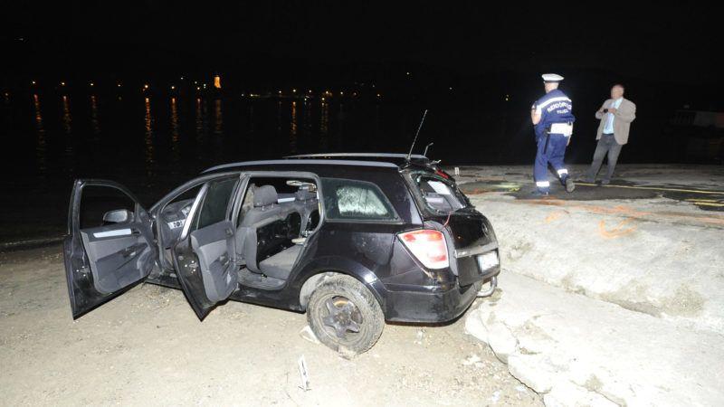 Nagymaros, 2019. július 15. Rendõr helyszínel egy összeroncsolódott személyautónál a nagymarosi kompkikötõnél 2019. július 14-én. A gépjármû a Dunába gurult, a benne tartózkodó férfi életét vesztette. MTI/Mihádák Zoltán