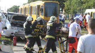 Budapest Budapest, 2019. július 30. Mentõk látják el a X. kerületben, a Maglódi úton történt baleset egyik sérültjét 2019. július 30-án. Egy munkásokat szállító kisbusz ütközött villamossal, a buszból többen kirepültek, a balesetnek súlyos sérültjei is vannak. MTI/Mihádák Zoltán