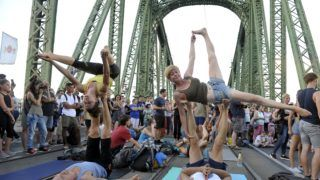 Budapest, 2018. július 22. Acroyogások a forgalom elõl elzárt budapesti Szabadság hídon a Cirkusz Jam elnevezésû rendezvényen 2018. július 22-én. A hidat július közepétõl augusztus 5-ig minden hétvégén lezárják, az átkelõn ezeken a napokon kulturális programokat tartanak. MTI Fotó: Kovács Attila