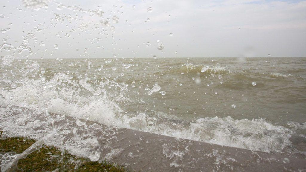 Balatonfenyves, 2014. március 5.A partfalat csapkodják a hullámok az erős északi szélben a balatonfenyvesi strandon 2014. március 5-én. A Balaton vízszintje elérte a 129 centimétert, ez 19 centiméterrel magasabb a szabályozási maximumnál. A Sió-zsilip nyitását február 28-án, 127 centiméteres vízállásnál megkezdték, azonban a vízgyűjtő területről jelenleg intenzívebben folyik be víz a tóba, mint amekkora a vízeresztés kapacitása, ezért a következő napokban még a vízszint emelkedésére kell számítani. Szakemberek szerint a várhatóan tovább erősödő északi szél kinyomhatja a Balaton vizét a mélyebben fekvő településrészekre.MTI Fotó: Varga György