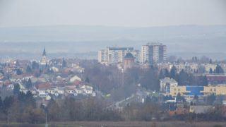 Nagykanizsa, 2018. március 21. Nagykanizsa látképe a Dunántúl legmagasabb, 48 méteres, a város Csónakázó-tavánál álló kilátótornyából az átadóünnepség napján, 2018. március 21-én. A Zalaerdõ Zrt. egy olajfúrótoronyból alakította ki a fémbõl és üvegbõl készült, két kilátószinttel rendelkezõ építményt. Az alsó kilátószint 28 méteren, a felsõ 43 méter magasan van, a 230 lépcsõfok megmászása után egyszerre ötvenen tartózkodhatnak rajta. A zalai kõolajbányászatnak is emléket állító létesítményt éjszaka LED-sorokkal és reflektorokkal világítják meg. MTI Fotó: Varga György