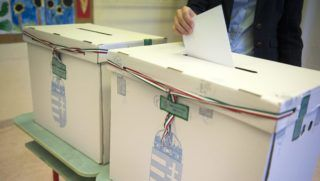 Budapest, 2014. október 12. Egy szavazó a Zugligeti Általános Iskolában, a XII. kerületi 53-as számú szavazókörben az önkormányzati választáson 2014. október 12-én. MTI Fotó: Koszticsák Szilárd