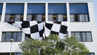 Budaörs, 2016. április 20. Pedagógusok egy nagyméretû kockás zászlót engednek le a Budaörsi Herman Ottó Általános Iskola ablakaiból a pedagógusok egész napos, országos sztrájkjának napján, 2016. április 20-án. Az iskola 62 fõs tantestületébõl 55 pedagógus vesz részt a sztrájkban, 678 diákjából 18 ment iskolába. MTI Fotó: Koszticsák Szilárd