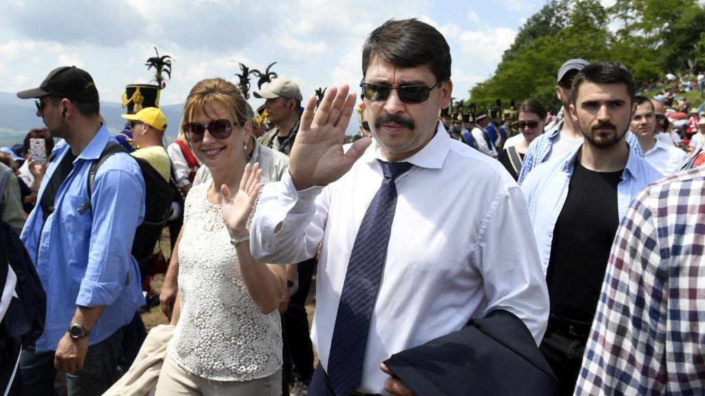 Csíksomlyó, 2019. június 8. Áder János köztársasági elnök és felesége, Herczegh Anita (középen) a Kis- és Nagysomlyó közti nyeregbe tart a zarándokokkal a csíksomlyói búcsú miséjére Csíksomlyón 2019. június 8-án. MTI/Koszticsák Szilárd
