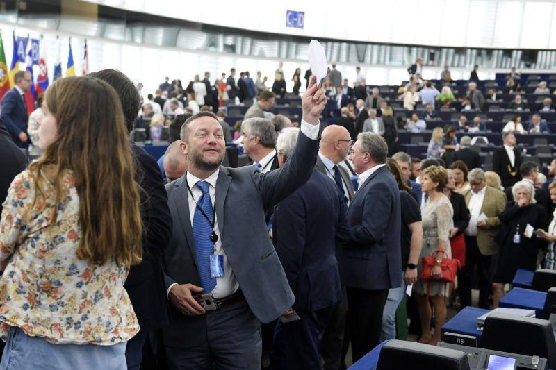 Strasbourg, 2019. július 16.Ujhelyi István, a Magyar Szocialista Párt képviselője sorban áll az Európai Bizottság élére jelölt Ursula von der Leyen német kereszténydemokrata politikus megválasztásáról szóló szavazáson az Európai Parlament (EP) plenáris ülésén Strasbourgban 2019. július 16-án.MTI/Koszticsák Szilárd