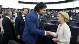 Strasbourg, 2019. július 16. Az Európai Bizottság elnökének megválasztott Ursula von der Leyen német kereszténydemokrata politikusnak gratulál Deutsch Tamás, a Fidesz-KDNP képviselõje az Európai Parlament (EP) plenáris ülésén Strasbourgban 2019. július 16-án. MTI/Koszticsák Szilárd