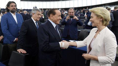 Strasbourg, 2019. július 16.Az Európai Bizottság elnökének megválasztott Ursula von der Leyen német kereszténydemokrata politikusnak gratulál Silvio Berlusconi volt olasz miniszterelnök, a Hajrá Olaszország párt vezetője (j2) az Európai Parlament (EP) plenáris ülésén Strasbourgban 2019. július 16-án. Mögöttük Antonio Tajani, az EP korábbi elnöke (j3) és Deutsch Tamás, a Fidesz-KDNP képviselője (b2).MTI/Koszticsák Szilárd