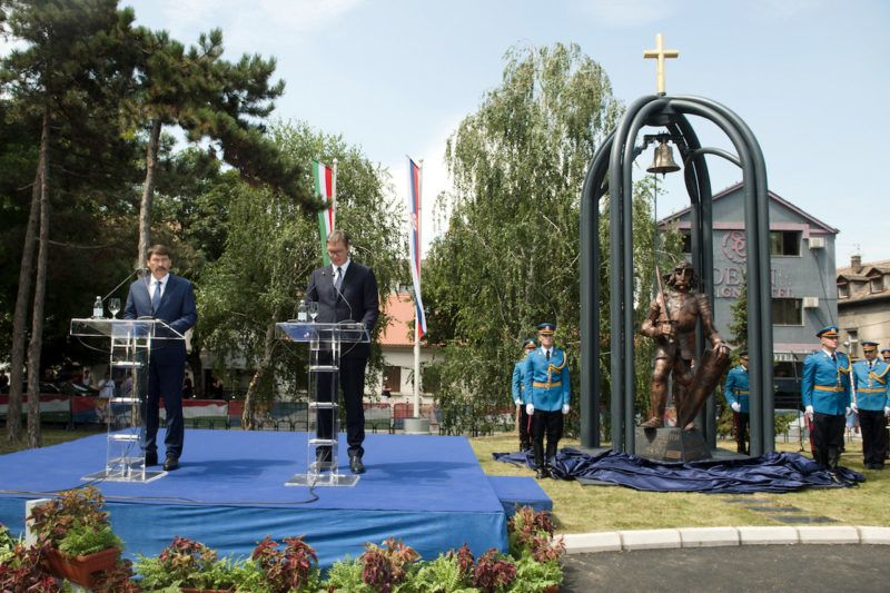 Belgrád, 2019. július 22. Áder János köztársasági elnök (b) és Aleksandar Vucic szerb elnök Hunyadi János szobrának felavatásán a Belgrádhoz tartozó Zimonyban 2019. július 22-én. MTI/Koszticsák Szilárd