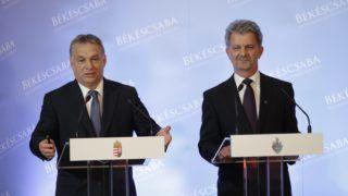 Békéscsaba, 2016. április 26. Orbán Viktor miniszterelnök (b) és Szarvas Péter polgármester sajtótájékoztatót tart a Modern városok program keretében kötött együttmûködési megállapodás aláírása után a békéscsabai városháza dísztermében 2016. április 26-án. MTI Fotó: Lehoczky Péter