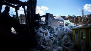 Budapest, 2015. április 21. Szelektíven gyûjtött ipari mûanyag hulladékot targoncával rendeznek a hasznosítható hulladékbegyûjtéssel és -elõkezeléssel foglalkozó Asco Hungária Kft. budafoki telephelyén 2015. április 20-án. Április 22. a Föld napja. A világméretû környezetvédelmi akciónap társadalmi kezdeményezésként 1970-ben indult az Egyesült Államokból, Magyarországon 1990 óta tartják meg. MTI Fotó: Marjai János